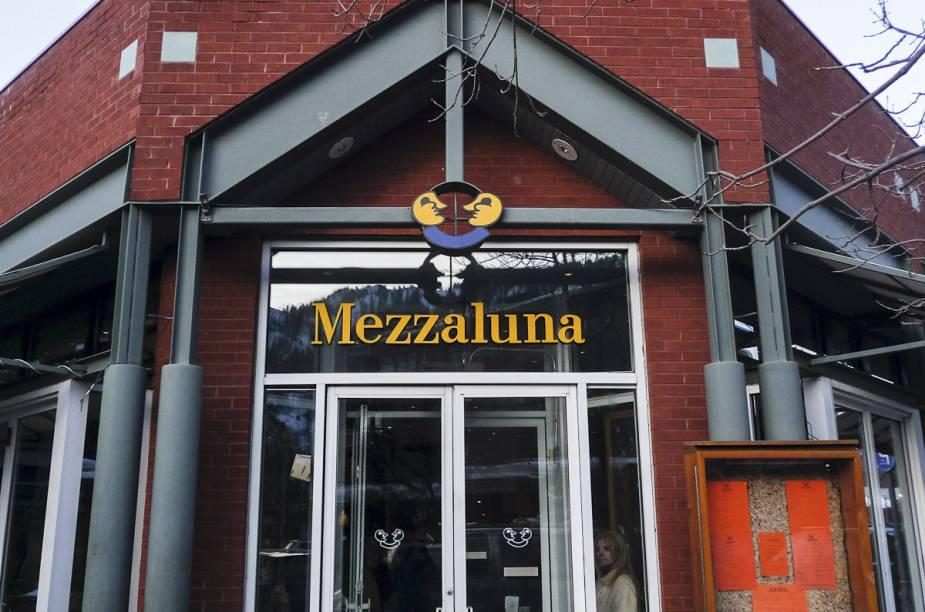 """<a href=""""http://www.mezzalunaaspen.com/"""" rel=""""Mezzaluna"""" target=""""_blank""""><strong>Mezzaluna </strong></a>""""Italiano gostoso e bem informal que fica aberto o dia todo. Ótimo para aquele dia em que você quer almoçar rápido na cidade. A pizza é deliciosa, e o custo/benefício também é muito bom."""""""