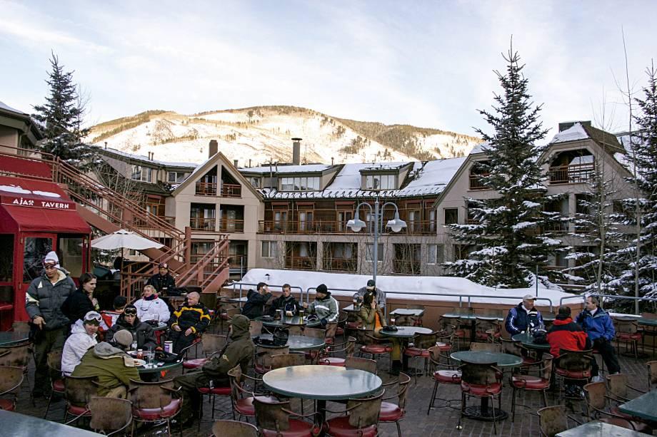 """<a href=""""http://www.ajaxtavernaspen.com/"""" rel=""""Ajax Tavern"""" target=""""_blank""""><strong>Ajax Tavern </strong></a>""""Parada obrigatória. Localizado no pé de aspen Mountain, é restaurante clássico e sempre bom para almoçar ou para um après-ski. A batata trufada é indispensável."""""""