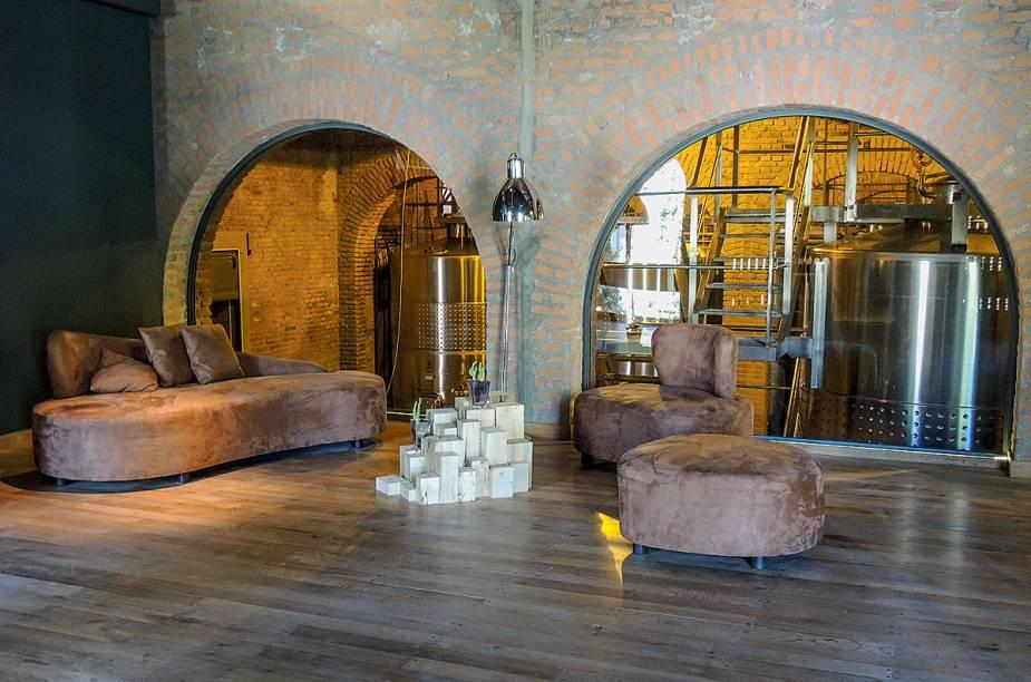 """<strong>Terrazas de los Andes</strong>""""A dica, antes de mais nada, é almoçar por lá. Restaurante francês ao som de bossa nova. A vinícola pertence ao grupo Louis Vitton Möet Hennessy, que também é dono do mítico Château Cheval Blanc, de Saint Émilion, na França. A adega, centenária, foi toda restaurada. Os tintos são excepcionais.""""<em>Endereço: Thames,esquina com Cochabamba, s/no, Perdriel, Luján de Cuyo, 261/488-0704</em><em>Funcionamento: de segunda a sexta. Tours às 11h, 12h30, 14h e 15h30</em>"""