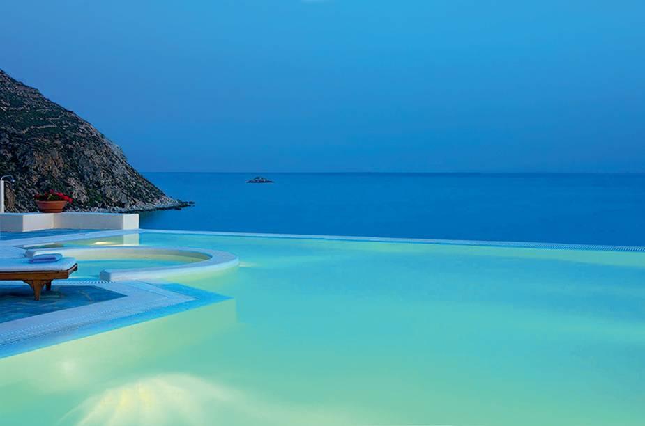 """<strong><a href=""""http://santa-marina.gr"""" target=""""_blank"""" rel=""""noopener"""">Hotel Santa Marina</a>, <a href=""""http://viajeaqui.abril.com.br/paises/grecia"""" target=""""_blank"""" rel=""""noopener"""">Grécia</a></strong>""""Fica em <a href=""""http://viajeaqui.abril.com.br/cidades/grecia-mykonos"""" target=""""_blank"""" rel=""""noopener""""><strong>Mikonos</strong></a> – e é um dos preferidos pelas noivas americanas descoladas. Clima despojado, linda vista, dispensa grandes decorações. Algumas velas já são suficientes para dar um clima romântico."""""""
