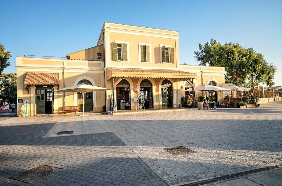 """<a href=""""http://hatachana.co.il"""" rel=""""Hatachana Station"""" target=""""_blank""""><strong>Hatachana Station</strong></a>    """"Construída em 1892, essa estação de trem foi totalmente recuperada e hoje abriga várias butiques, bares e restaurantes na região do porto de Jaffa."""""""