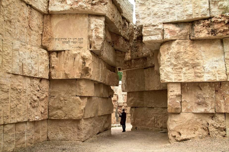 """<a href=""""http://yadvashem.org"""" rel=""""Yad Vashem, Museu do Holocausto"""" target=""""_blank""""><strong>Yad Vashem, Museu do Holocausto</strong></a>    """"Em uma parte arborizada e tranquila de Jerusalém, com uma arquitetura plácida e moderna, o Yad Vashem é um passeio por um dos mais tristes capítulos da história da humanidade. Prepare-se para sair abalado."""""""