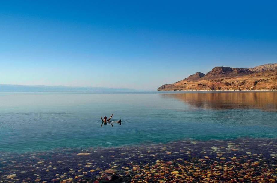 """<strong><a href=""""http://deadseaguide.com/mineral_beach"""" rel=""""Mineral Beach"""" target=""""_blank"""">Mineral Beach</a>, no Mar Morto</strong>    """"É uma sensação indescritível boiar nesse lago salgado que fica no ponto mais baixo do planeta. Parece que você está em um colchão d'água! Mineral Beach é a praia com a melhor infra e onde ainda rola um banho de lama medicinal!"""""""