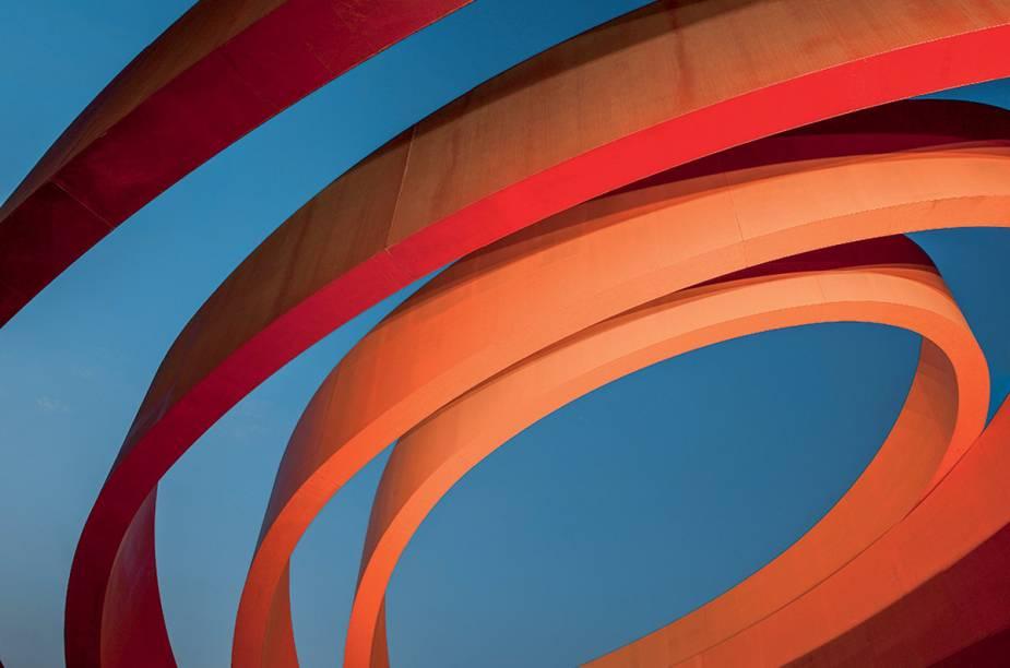"""<a href=""""http://dmh.org.il"""" rel=""""Tel Aviv Design Museum"""" target=""""_blank""""><strong>Tel Aviv Design Museum</strong></a>    """"Abriga uma variedade de coleções de arte moderna de artistas locais e estrangeiros. Mas o que chama mais atenção é a arquitetura do próprio museu, uma vermelha e imensa obra de arte por si só que custou a bagatela de US$ 18 milhões."""""""