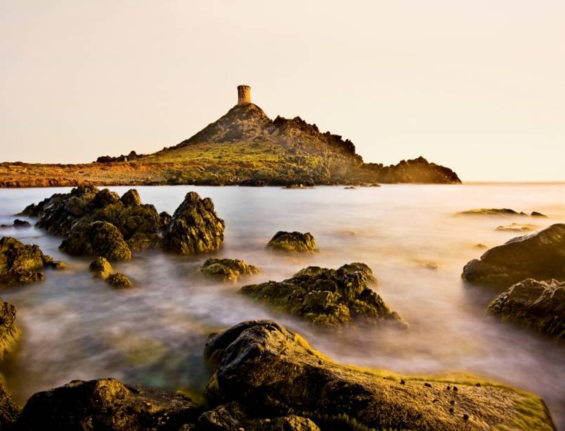 Torre genovesa nas cercanias de Ajaccio, a capital da Córsega