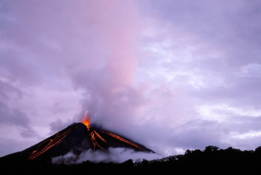 """<a href=""""http://viajeaqui.abril.com.br/paises/costa-rica"""" target=""""_blank"""" rel=""""noopener""""><strong>Arenal, Costa Rica </strong></a> É um dos vulcões mais populares e ativos da Costa Rica, com 1.670 metros. Sua última atividade vulcânica começou em 1968 e só acabou em 2010 – antes disso, ele havia ficado dormente por 400 anos. Desde 2010, o Arenal tem ficado quietinho. Vulcões são imprevisíveis mesmo, não é? A cidade mais próxima é Fortuna, de onde saem tours para visitar o vulcão. Subir até o topo é perigoso e ilegal, ainda sim existem diversas caminhadas e escaladas possíveis aos seus pés, onde não falta floresta tropical, cachoeiras e animais selvagens como tucanos, macacos e quatis"""
