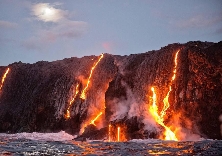 """<a href=""""http://viajeaqui.abril.com.br/cidades/estados-unidos-honolulu"""" target=""""_blank"""" rel=""""noopener""""><strong>Kilauea, Havaí </strong></a>O mais ativo das 5 montanhas que formam a maior ilha do Havaí, a Havai'i. Com 4.091 metros de altitude, seu nome significa """"cuspindo"""" ou """"espalhando muito"""" na língua havaiana, em referência à sua intensa atividade vulcânica. Não é para menos: a última erupção do Kilauea começou em 1983 e ainda não acabou! Foram expelidos mais de 2 bilhões de centímetros cúbicos de lava!"""