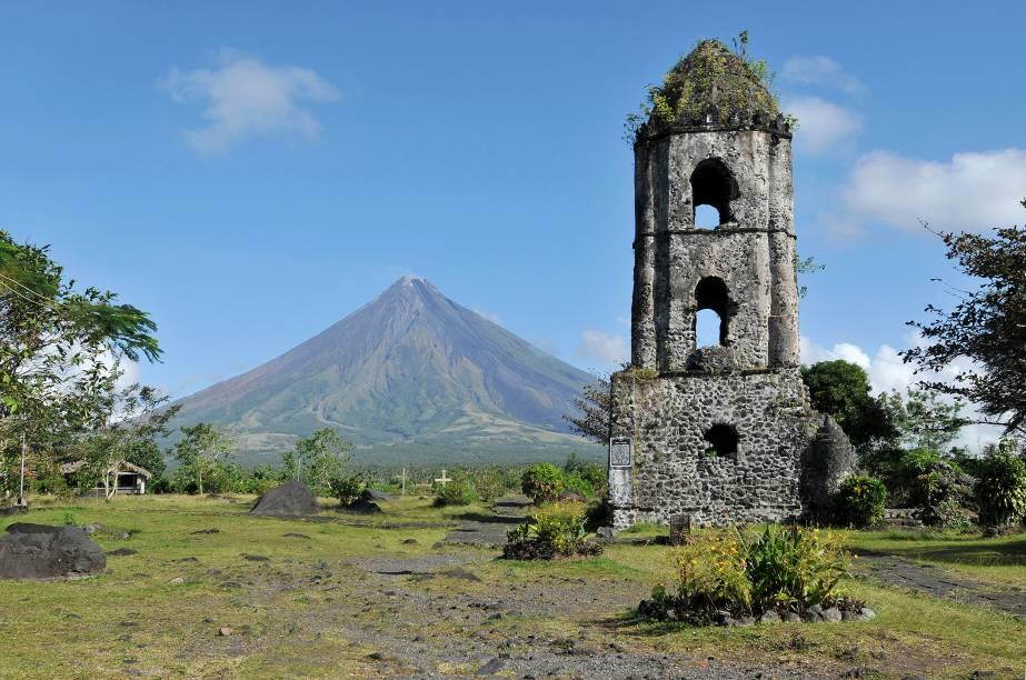 """<strong>Mayon, Filipinas</strong> Ativo, 2.463 metros, forma cônica simétrica bastante admirada, localizado na ilha de Luzon, uma das maiores e mais povoadas do arquipélago das Filipinas. Seu nome se refere à heroína Daragang Magayon (""""mulher bonita""""), personagem principal de uma disputa lendária entre """"nuvem"""" (Panginoron) e """"erupção"""" (Pagtuga), que culminou na morte dos três. O nome original do vulcão é Bulkang Magayon, mas foi reduzido para Mayon com o passar do tempo. Sua última erupção foi em janeiro de 2018."""