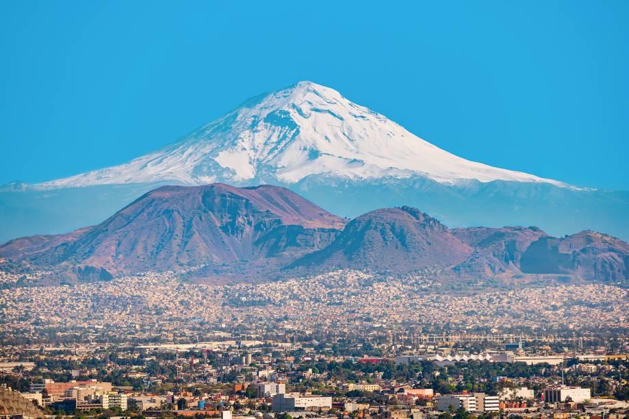 """<a href=""""http://viajeaqui.abril.com.br/cidades/mexico-cidade-do-mexico"""" target=""""_blank"""" rel=""""noopener""""><strong>Popocatepetl, México</strong></a><a href=""""http://viajeaqui.abril.com.br/cidades/mexico-cidade-do-mexico"""" target=""""_blank"""" rel=""""noopener""""><strong> </strong></a> Seu nome asteca significa """"colina que solta fumaça"""" e é difícil de pronunciar até entre os mexicanos. Pra facilitar, todos o chamam de """"El Popo"""". Localizado a 72km da <a href=""""http://viajeaqui.abril.com.br/cidades/mexico-cidade-do-mexico"""" target=""""_blank"""" rel=""""noopener"""">Cidade do México</a>, é o segundo vulcão mais alto da América do Norte, com 5.458 metros. É bastante ativo, porém atualmente pouco devastador: sua última erupção foi em setembro de 2017, quando emitiu fragmentos incandescentes entre 600 metros e 1 km de distância"""