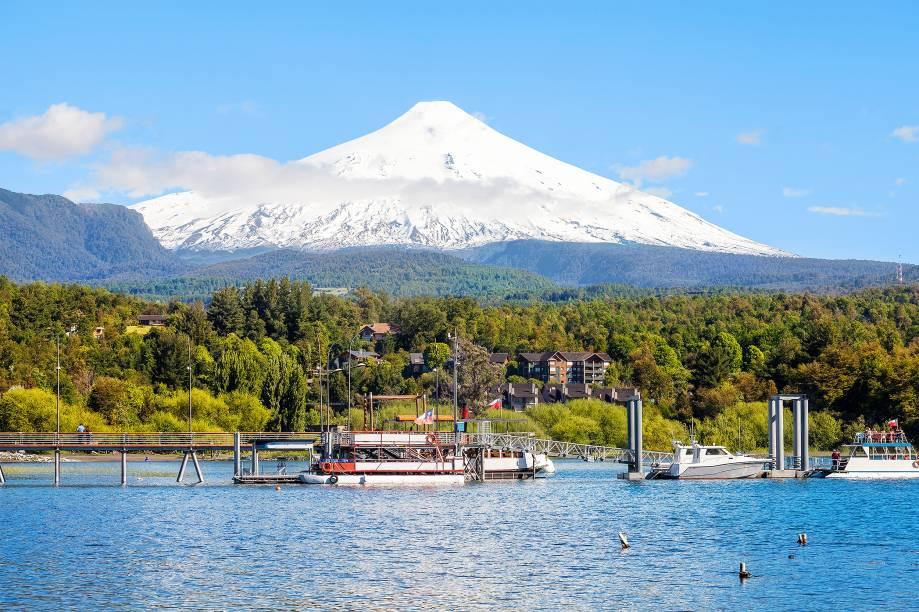 """<a href=""""http://viajeaqui.abril.com.br/cidades/chile-villarrica"""" target=""""_blank"""" rel=""""noopener""""><strong>Villarica, Chile </strong></a> Localizado na região de Araucania, entre as cidades de Pucón e Villarrica, o vulcão tem 2.843 metros de altitude e permanece coberto por neve o ano todo. Ele também é conhecido pelo nome de Rucapillán (""""casa do demônio"""" em mapuche), um dos vulcões mais ativos do Chile. Sua última erupção ocorreu em março de 2015, que gerou um alerta para que evacuassem a área a pelo menos 10 km de distância de sua base – 3.385 pessoas vivendo nas comunidades próximas foram tiradas de suas casas, mas nada mais grave aconteceu e em junho as atividades vulcânicas já haviam diminuído consideravelmente"""