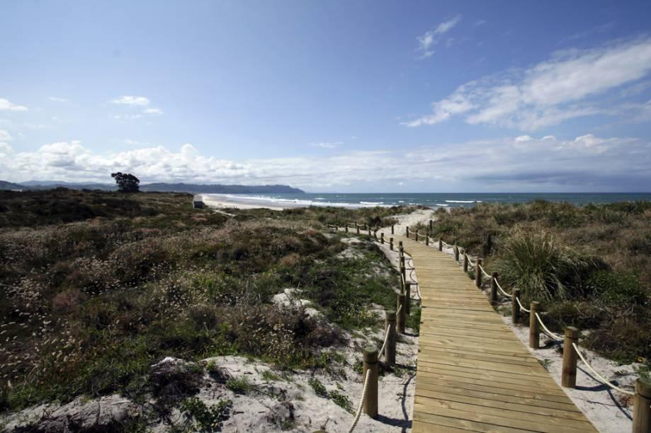 """Não há lei que proíba o naturismo em praias na <a href=""""http://viajeaqui.abril.com.br/paises/nova-zelandia"""" target=""""_blank"""">Nova Zelândia</a>, mas, claro, convém ter bom senso. Os 9 quilômetros da Waihi Beach têm areia branquinha e mar seguro para <strong>surfe</strong>. Como é uma praia popular, os nudistas preferem manter distância da entrada, no primeiro estacionamento próximo a residências, e caminhar para o norte da orla"""