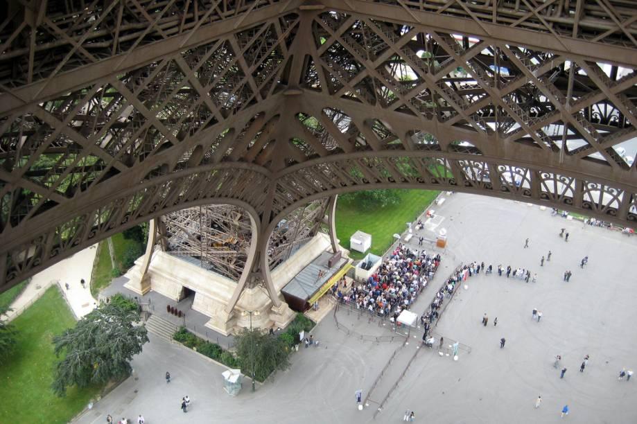 Vista de uma das pernas da torre Eiffel, em Paris
