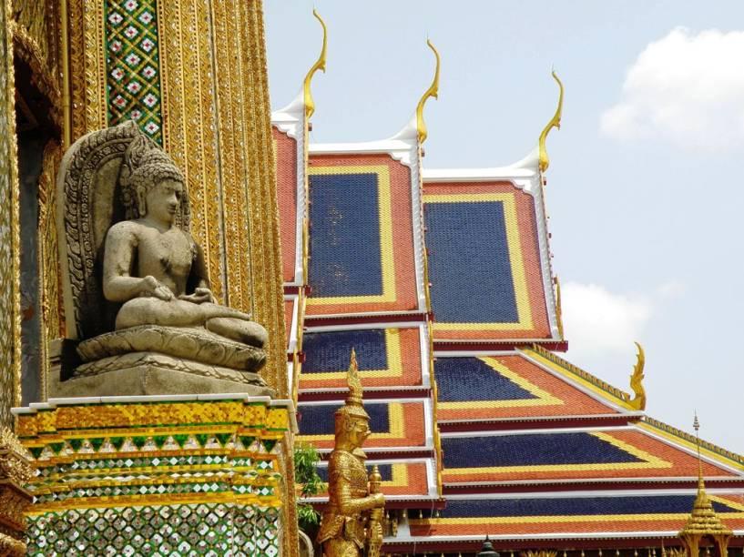 O Wat Phra Kheo possui dezenas de pequenos e grandes edifícios que foram construídos junto ao Grande Palácio, formando a principal atração da capital tailandesa