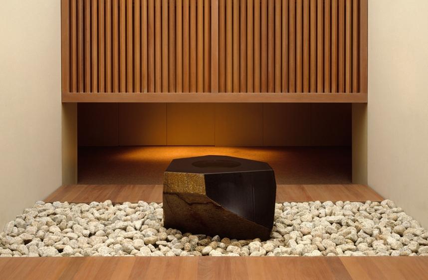 Entre armaduras e espadas samuais, biombos ancestrais e quimonos de seda, a seção japonesa do Metropolitan apresenta uma contemporânea, a Pedra dÁgua (Water Stone), do nipo-americano Isamu Noguchi