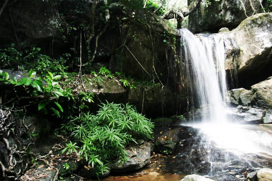 <strong>10. Kbal Spean</strong>Outra vantagem de ir visitar o Kbal Spean é que é permitido nadar em algumas das cachoeiras do complexo! Leve roupa de banho e refresque-se nas águas sagradas que passam pelas esculturas de quase mil anos