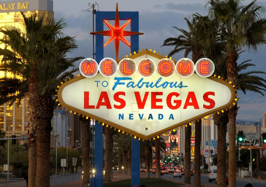"""Placa de boas-vindas em Las Vegas. A cidade, repleta de atrações como cassinos, bares e belíssimos hotéis de luxo, é popularmente conhecida como a """"cidade do pecado"""""""