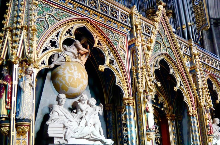 Fundada no século 11, Abadia de Westminster não é um cemitério, mas aqui jaz personalidades célebres como Isaac Newton e Charles Darwin, além de reis, rainhas e O Soldado Desconhecido. Visitantes dispõem de audioguia em português
