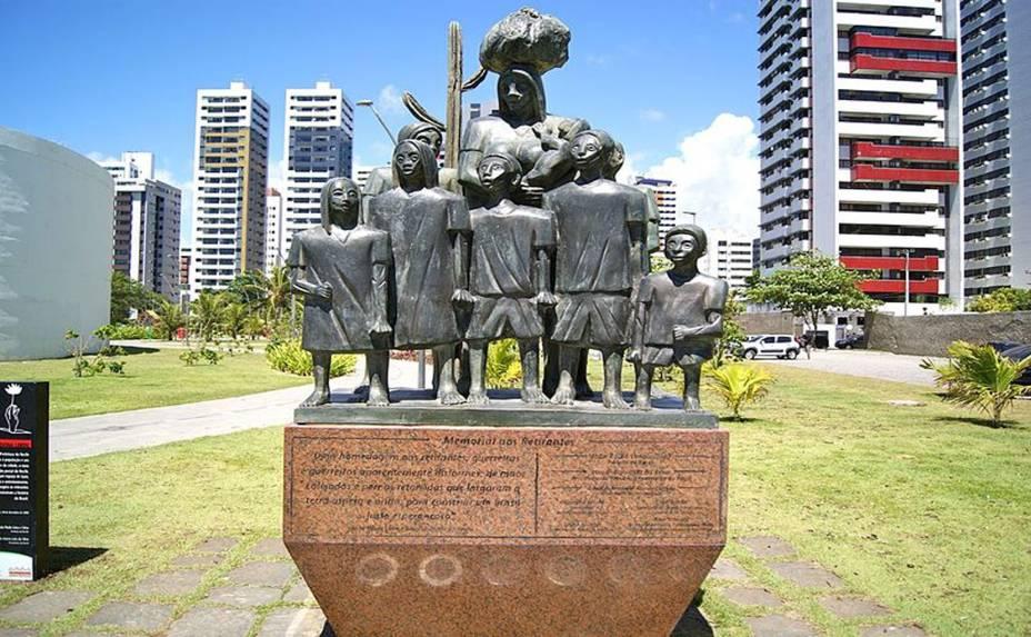 """<a href=""""http://viajeaqui.abril.com.br/estabelecimentos/br-pe-recife-atracao-dona-lindu"""" rel=""""Parque Dona Lindu:""""><strong>Parque Dona Lindu:</strong></a> inaugurado em março de 2011, tem a marca de Oscar Niemeyer: uma marquise sinuosa e dois blocos de concreto cilíndricos. Em um deles está o Teatro Luiz Mendonça; no outro, a Galeria Janete Costa, com mostras temporárias (de terça a sexta-feira das 14h às 20h, aos sábados e domingos das 10h às 20h).A área reúne esculturas de Avelardo da hora, quadras e pistas de caminhada. Endereço: avenida da Boa Viagem, altura do nº 6000."""
