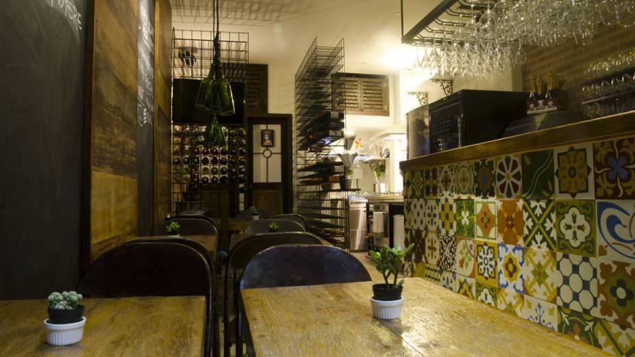 """<strong>6. <a href=""""http://www.winehouserio.com.br/"""" rel=""""WINEHOUSE"""" target=""""_blank"""">WINEHOUSE</a></strong> (5,5 km)Próximo à Adega da Velha, um pé-sujo das antigas, o Winehouse pertence a uma safra mais recente de endereços descoladinhos e um pouco mais sofisticados que pipocaram pela cidade. Aqui a cerveja cede espaço aos vinhos e espumantes, com boa oferta de rótulos nacionais. Para petiscar, bruschettas em sete versões, entre elas a com queijo canastra, marmelada e pimenta-rosa, e com salmão defumado, cream cheese e alcaparras, além de tábua de queijos e charcuteria.<em>Rua Paulo Barreto, 25 (Botafogo), 3264-4101</em>"""