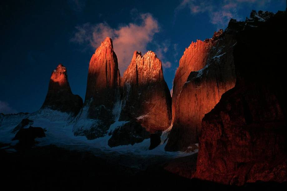 """<strong>Torres del Paine, <a href=""""http://viajeaqui.abril.com.br/paises/chile"""" rel=""""Chile"""" target=""""_blank"""">Chile</a></strong>No rude ambiente patagônico, onde ventos violentos e o gelo moldaram uma natureza quase que inóspita, florecem as magníficas <a href=""""http://viajeaqui.abril.com.br/cidades/chile-torres-del-paine"""" rel=""""Torres del Paine"""" target=""""_blank"""">Torres del Paine</a>. As diversas trilhas de trekking ao seu redor fazem a alegria de montanhistas de todo o mundo"""