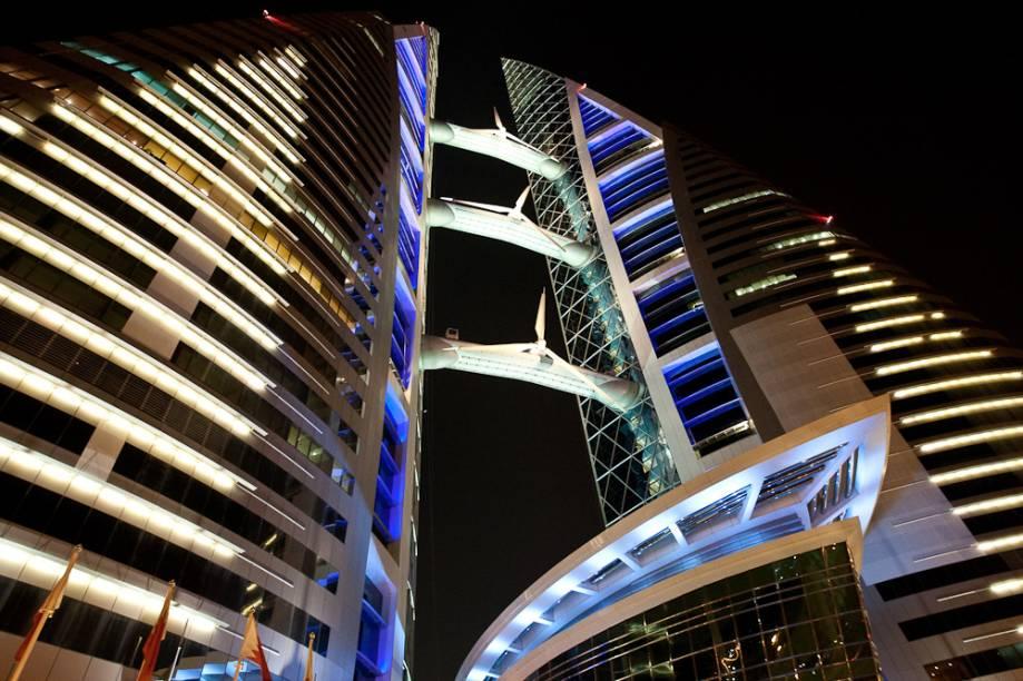 <strong>WTC Bahrain, Bahrein</strong>            As torres gêmeas do World Trade Center de Bahrein, projetado pelo escritório Atkins, têm como destaque três turbinas eólicas que provém boa parte da energia consumida no complexo