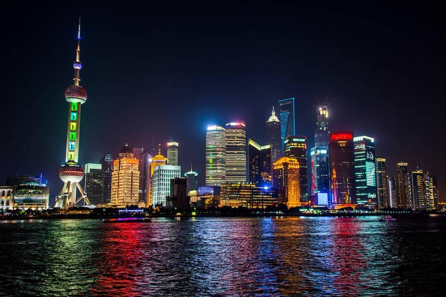 """<strong>MONTANHAS AMARELAS </strong>        Das 13 noites upscale entre <a href=""""http://viajeaqui.abril.com.br/cidades/china-pequim-beijing"""" rel=""""Pequim"""" target=""""_blank"""">Pequim</a>, <a href=""""http://viajeaqui.abril.com.br/cidades/china-xian"""" rel=""""Xian"""" target=""""_blank"""">Xian</a>, <a href=""""http://viajeaqui.abril.com.br/cidades/china-guilin"""" rel=""""Guilin"""" target=""""_blank"""">Guilin</a>, Hangzhou, Tunxi e <a href=""""http://viajeaqui.abril.com.br/cidades/china-xangai-shanghai"""" rel=""""Xangai"""" target=""""_blank"""">Xangai</a> (foto), o ponto alto é a estadia em Tunxi, base da visita a Huangshan, as Montanhas Amarelas. Patrimônio da Unesco, elas formam um conjunto de picos com mais de 1 000 metros de altura. De lá parte um tour à aldeia Hongchun, cenário do filme O Tigre e o Dragão. Inclui os passeios e voos internos.        <strong>QUANDO:</strong> Até outubro        <strong>QUEM LEVA:</strong> A <a href=""""http://www.adventureclub.com.br/"""" rel=""""Adventure"""" target=""""_blank"""">Adventure</a>        <strong>QUANTO: </strong>US$ 3 829 (s/ aéreo do BR)"""