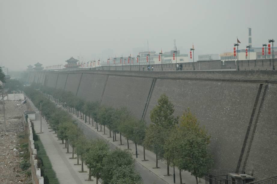 """<strong><a href=""""http://viajeaqui.abril.com.br/cidades/china-xian"""" rel=""""Xi'an"""" target=""""_blank"""">Xi'an</a>, <a href=""""http://viajeaqui.abril.com.br/paises/china"""" rel=""""China"""" target=""""_blank"""">China</a></strong>                A antiga capital da <a href=""""http://viajeaqui.abril.com.br/paises/china"""">China</a>, <a href=""""http://viajeaqui.abril.com.br/cidades/china-xian"""">Xi'an</a>, não só era um importante entreposto da Rota da Seda, mas também sede política do poderoso imperador Qin Shi Huangdi – aquele que construiu a <a href=""""http://viajeaqui.abril.com.br/estabelecimentos/china-pequim-beijing-atracao-grande-muralha-da-china"""">Grande Muralha</a> e os <a href=""""http://viajeaqui.abril.com.br/estabelecimentos/china-xian-atracao-tumba-de-qin-shi-huangdi-guerreiros-de-terracota"""">Guerreiros de Terracota</a>. A cidade hoje se encontra cercada por um massivo e bem preservado muro, pontuado de torres de vigia e bem protegidos portões. Um dos melhores passeios na cidade é pegar uma bicicleta e rodar todo o perímetro ainda em pé da fortaleza"""