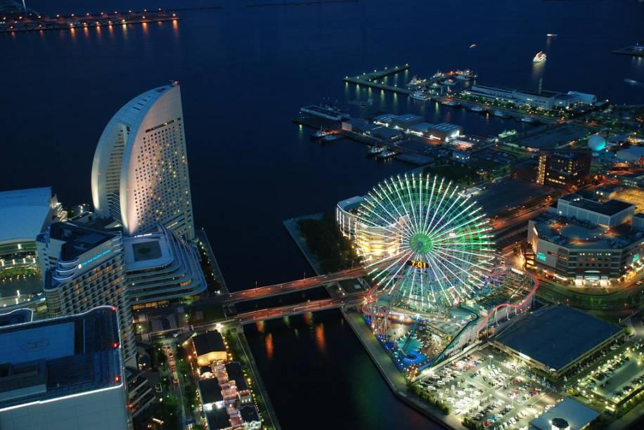 O porto de Yokohama, na baía de Tóquio, é um dos principais do Japão. Com o deslocamento das atividades comerciais para outras docas próximas, um forte programa de renovação e aproveitamento da área foi promovido. Hoje a área possui uma grande concentração de hotéis, restaurantes, shoppings e centros de lazer