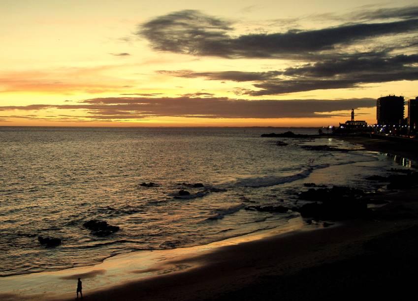"""Pôr do sol na <a href=""""http://viajeaqui.abril.com.br/estabelecimentos/br-ba-salvador-atracao-praia-farol-da-barra"""" rel=""""Praia Farol da Barra"""" target=""""_self"""">Praia Farol da Barra</a>, <a href=""""http://viajeaqui.abril.com.br/cidades/br-ba-salvador"""" rel=""""Salvador"""" target=""""_self"""">Salvador</a> (<a href=""""http://viajeaqui.abril.com.br/estados/br-bahia"""" rel=""""Bahia"""" target=""""_self"""">Bahia</a>)"""