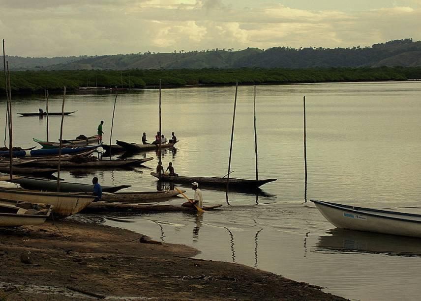 """Pescadores do vilarejo de Santiago do Iguape, em <a href=""""http://viajeaqui.abril.com.br/cidades/br-ba-cachoeira"""" rel=""""Cachoeira"""" target=""""_blank"""">Cachoeira</a>, <a href=""""http://viajeaqui.abril.com.br/estados/br-bahia"""" rel=""""Bahia"""" target=""""_blank"""">Bahia</a>"""