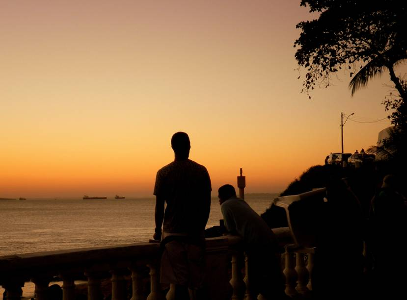 """Pôr do sol no <a href=""""http://viajeaqui.abril.com.br/estabelecimentos/br-ba-salvador-atracao-praia-porto-da-barra"""" rel=""""Porto da Barra"""" target=""""_self"""">Porto da Barra</a>, <a href=""""http://viajeaqui.abril.com.br/cidades/br-ba-salvador"""" rel=""""Salvador"""" target=""""_self"""">Salvador</a>, <a href=""""http://viajeaqui.abril.com.br/estados/br-bahia"""" rel=""""Bahia"""" target=""""_self"""">Bahia</a>"""