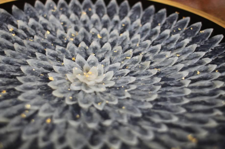Finíssimas lâminas de sashimi de baiacu, o famoso fugu, um peixe que possui alta toxicidade e pode matar em minutos. Repare nos pequenos flocos de ouro