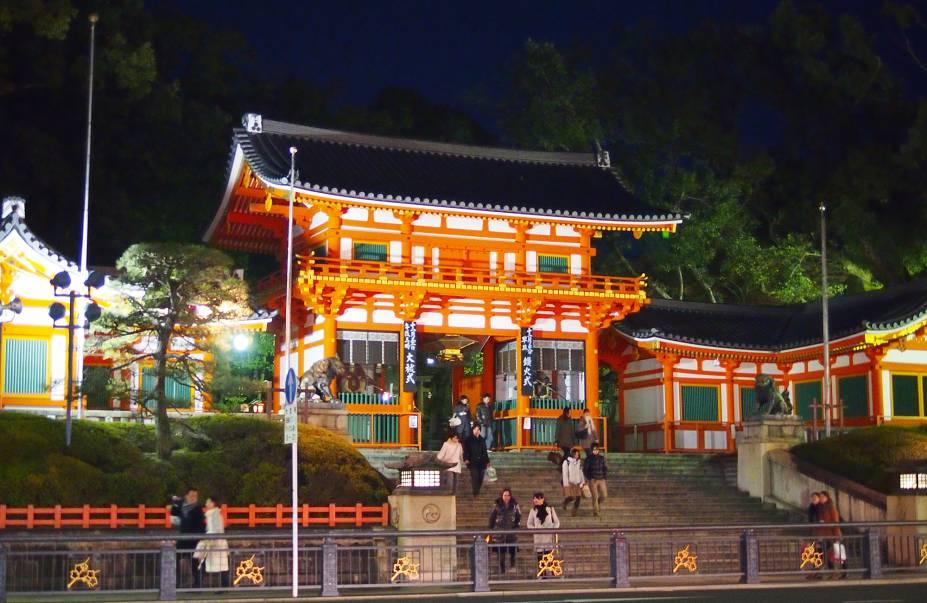 """<strong>Yasaka Jinja (Santuário de Gion) </strong> É localizado em Gion, um dos bairros mais populares da cidade, especialmente por ser onde geiko (como são chamadas as geishas de Kyoto) e maiko (aprendizes de geisha) podem ser facilmente avistadas. O santuário é o centro de um dos três principais festivais de Kyoto, o famoso Gion Matsuri. O festival dura o mês inteiro de julho e tem seu ápice no dia 15, quando enormes """"carros alegóricos"""" em forma de barcas desfilam pela avenida que leva ao santuário. Além disso, o Yasaka Jinja tem um popular parque onde, no mês de abril, é possível apreciar as famosas flores de cerejeira (sakura)."""