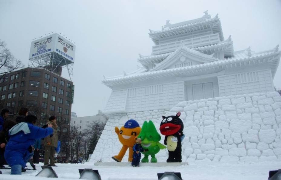 Boa parte das principais atrações do Festival da Neve de Sapporo encontra-se na avenida Odori Koen. Junto às grandes esculturas são realizados shows e concursos para toda a família, principalmente as crianças