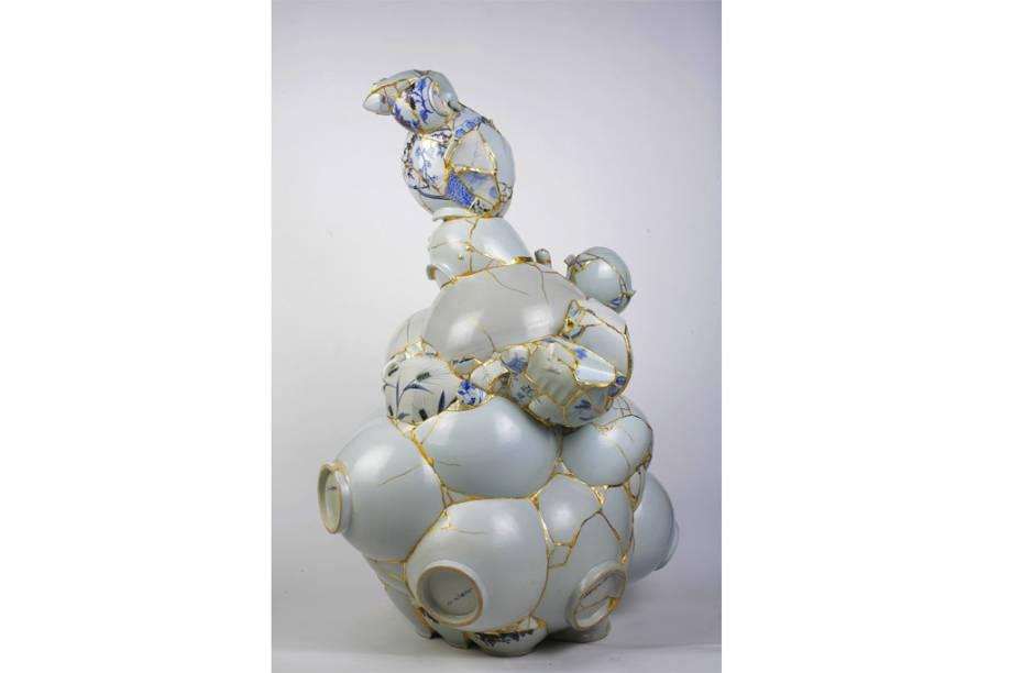 De Yee Sookung,<em>Vaso Traduzido</em>, 2007.Cerâmica, lixo, epoxi, folha de ouro 24k