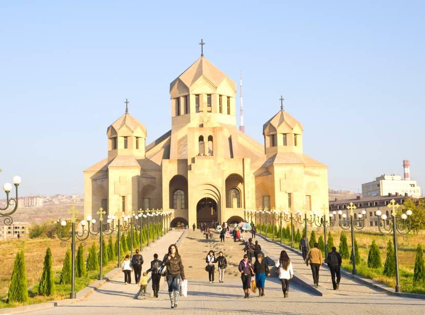 """<strong><a href=""""http://newsite.flot.com.br/FLOTViagens"""" rel=""""FLOT"""" target=""""_blank"""">FLOT</a></strong>    <strong>O QUE ELA FAZ POR VOCÊ</strong>: Combina Geórgia e<a href=""""http://viajeaqui.abril.com.br/paises/armenia"""" rel=""""Armênia"""" target=""""_blank"""">Armênia</a>em nove noites.    <strong>PACOTE:</strong>As quatro noites na capital da Geórgia, no<a href=""""http://www.tiflispalace.ge/"""" rel=""""Tiflis"""" target=""""_blank"""">Tiflis</a>, incluem passeios para Sighnaghi, cidade murada com igrejas cristãs ortodoxas, e Mtscheta, da Catedral Svetitskhoveli. A seguir, na Armênia, as cinco noites em Yerevan (foto), no Royal Plaza, preveem visita ao Monastério Gueghard e degustação de vinhos em Areni. Com nove refeições, sai a US$ 3 731."""