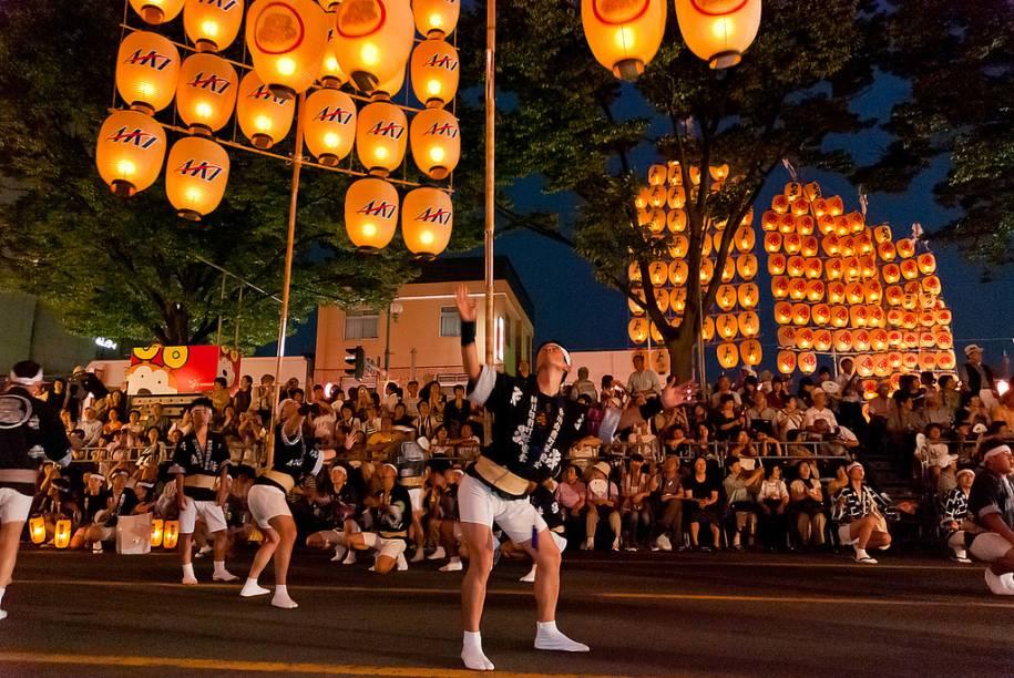 """<strong>Festival Kanto Matsuri, Akita</strong>Um dos mais divertidos festivais do <a href=""""http://viajeaqui.abril.com.br/paises/japao"""" rel=""""Japão """" target=""""_blank"""">Japão </a>é o Kanto Matsuri, na cidade de Akita, no norte do país. Os participantes desfilam equilibrando varas de bambu com mais de quarenta lanternas. Eles usam o quadril, a palma das mãos, a testa e os ombros para carregar os postes de mais de 50 quilos.O festival ocorre anualmente no início de agosto."""