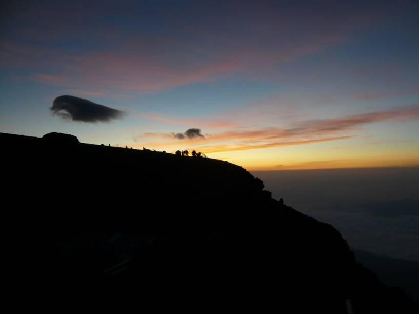 <strong>Escalar o Monte Fuji</strong>O Monte Fuji não é somente a montanha mais alta do Japão (3776 metros), mas também seu mais querido símbolo. Quando o calor de verão derrete suas neves, milhares de pessoas ascendem suas encostas para, lá do alto, junto à cratera, ver o sol nascer.Todas as rotas oficiais têm estações (paradas) com pousadas, área de descanso e quiosques onde estão à venda bebidas, lembranças, comida e até garrafinhas de oxigênio. As trilhas mais populares são as de Fujinomiya, Gotemba e Fujiyoshida