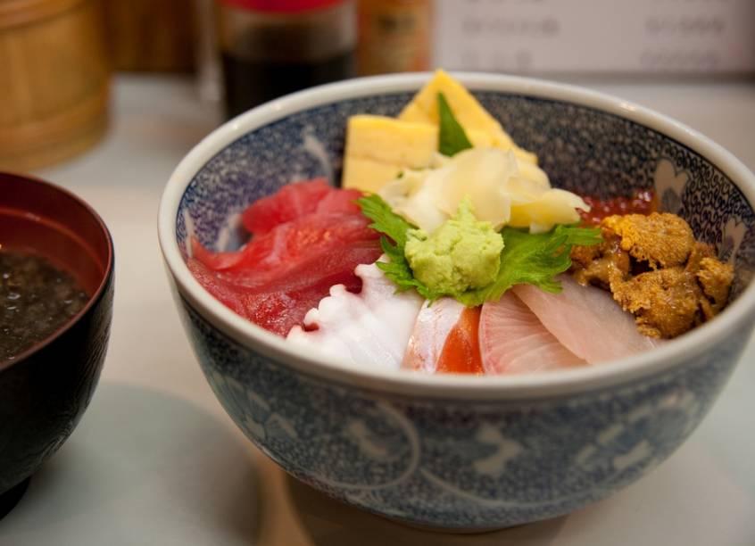 """<strong>Tsukiji, Tóquio, Japão</strong>Muito mais que o maior mercado de pescados do mundo, o mercado de Tsukiji é uma pequena janela da alma de <a href=""""http://viajeaqui.abril.com.br/cidades/japao-toquio"""" target=""""_blank"""" rel=""""noopener"""">Tóquio</a>. Foi nas ruelas próximas que surgiu a mistura de peixe cru, arroz e vinagre, o sushi, o mais emblemático prato da culinária japonesa. Aqui não só é possível provar delicados cortes de <em>o-toro</em>, a carne gorda do atum, como comprar toda a parafernália para preparar tudo em casa, a começar pelas afiadas facas"""