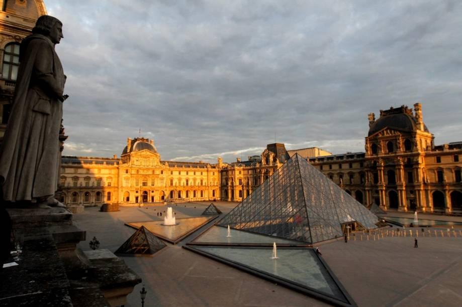 """<strong>Museu do Louvre</strong><strong>Onde:</strong> Paris, França<strong>Por que ir?</strong> Fora os loucos por escultura helênica, por <em>Código da Vinci</em>, pela arquitetura de Ieoh Ming Pei e por <a href=""""http://viajeaqui.abril.com.br/cidades/franca-paris"""" rel=""""Paris"""" target=""""_blank"""">Paris</a>, sim, ainda há muito o que ver por aqui. Se o visitante ficasse 30 segundos em frente de cada peça exposta no <a href=""""http://viajeaqui.abril.com.br/estabelecimentos/franca-paris-atracao-museu-do-louvre"""" rel=""""Louvre"""" target=""""_blank"""">Louvre</a>, ainda assim levaria anos para completar o roteiro. Portanto, faça uma boa seleção para evitar exaustão<strong>Destaques: </strong><em>A Vênus de Milo</em>, <em>A Vitória de Samotracia</em> e <em>Mona Lisa</em>, de Leonardo da Vinci"""