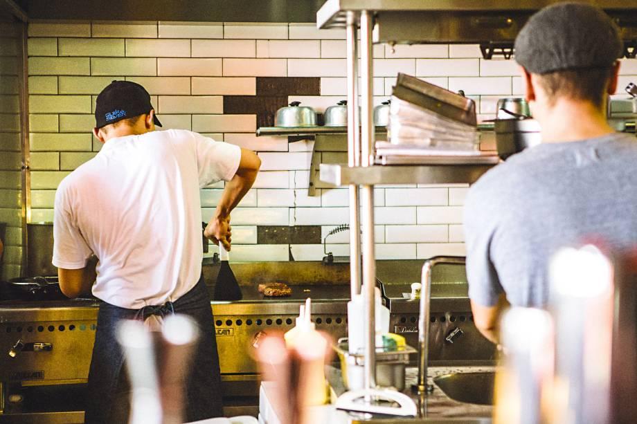 """<strong>8. <a href=""""https://www.facebook.com/zdelisandwichshop?_rdr"""" target=""""_blank"""">Z Deli Sandwich Shop</a>-</strong>Seja no diminuto salão da Haddock Lobo, seja no maior de Pinheiros, é dureza achar mesa nos horários de pico, pois o pão com pastrami vale cada caloria. Foram os burgers, porém, que turbinaram a fama. O hit, servido somente na filial pinheirense, é o Joint: um corte altão e feito com gordura de picanha, fraldinha, acém e peito, que se soma a cheddar inglês, salada, cebola-roxa, picles e bacon.<em>Rua Francisco Leitão, 16 - Pinheiros</em>"""