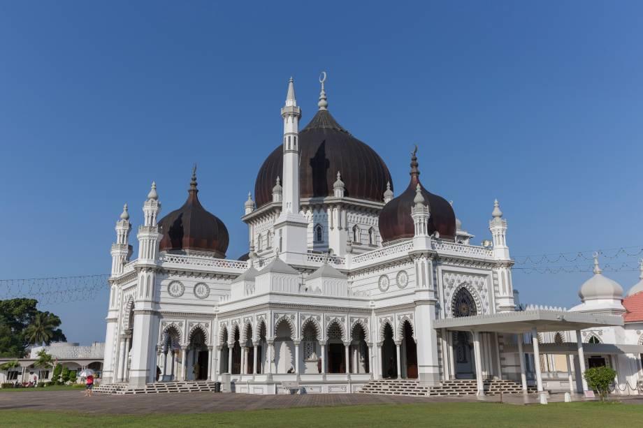 Construída em 1912, sua arquitetura foi inspirada em outra mesquita do sudeste asiático, a Azizi, na cidade de Langkat, Indonésia. Tem cinco grandes cúpulas simbolizando os cinco princípios islâmicos e é uma das mais antigas mesquitas da Malásia. A mesquita é sede de uma competição anual e nacional de leitura do Corão