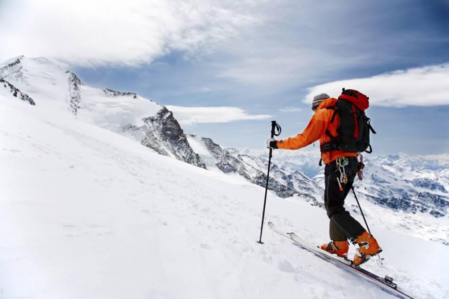 """<a href=""""http://viajeaqui.abril.com.br/cidades/suica-zermatt"""" rel=""""Zermatt, Suíça"""" target=""""_blank""""><strong>Zermatt, Suíça</strong></a><br />          A Suíça é conhecida por suas clássicas cidades de esqui, mas Zermatt é a cereja do bolo. Ainda que cercada de picos cobertos de gelo, é dominada pela Matterhorn, uma das montanhas mais notáveis da Terra. O vilarejo permite apenas a circulação de carros elétricos, onde hotéis de luxo ficam lado a lado com celeiros centenários. Zermatt tem três zonas de esqui interconectadas com vistas deslumbrantes e drops verticais de até 2.179 metros. Não perca o passeio no teleférico Matterhorn Glacier Paradise, o mais alto dos Alpes, que te leva à região italiana de Breuil-Cervinia, onde o almoço custa metade do preço que você pagaria na Suíça"""