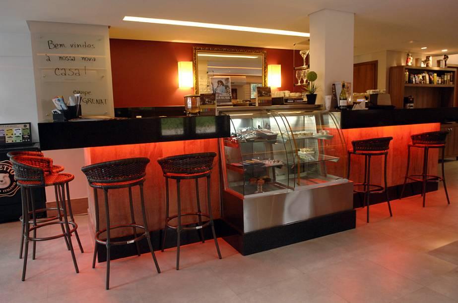 """<a href=""""http://viajeaqui.abril.com.br/estabelecimentos/br-df-brasilia-restaurante-grenat-cafes-especiais"""" rel=""""Grenat Cafés Especiais (Brasília)""""><strong>Grenat Cafés Especiais (Brasília)</strong></a>            Os grãos cultivados no cerrado mineiro, na <strong>Lagoa Formosa</strong>, são torrados na loja com a consultoria da barista <strong>Isabela Raposeiras</strong>, que assina a carta de cafés. Nela, além de drinks e doces, há menu degustação da bebida com diferentes métodos de preparo. O espresso, por exemplo, pode ser de um blend encorpado ou, mais suave, tirado de grãos bourbon vermelho. O café de marcas como <strong>Orfeu, Braún e Fazenda Pessegueiro</strong> pode ser filtrado ou extraído das cafeteiras aeropress, francesa e italiana. Para fugir do óbvio, experimente o <strong>caviar ou o pudim de café</strong>. <em>Comércio Local Sul, Qd. 202, Bl. A, Lj. 4, 61/3322-0061</em>"""