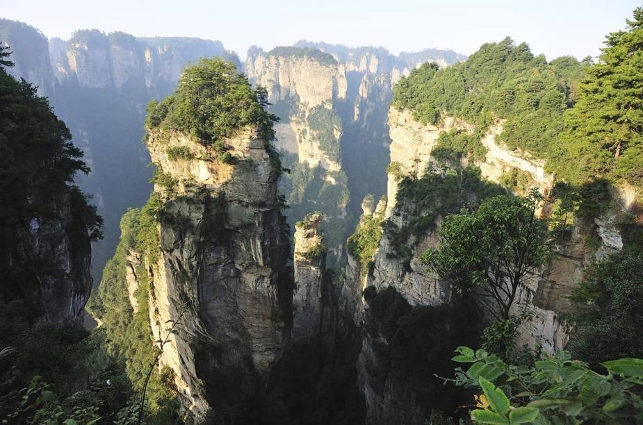 """O Parque Nacional Zhangjiajie fica no centro-sul da China e, segundo a administração local, as exóticas formações rochosas inspiraram as cenas do filme """"Avatar"""". Compostas em sua maioria por quartzo, as rochas tomaram essas formas através de milênios de erosão"""