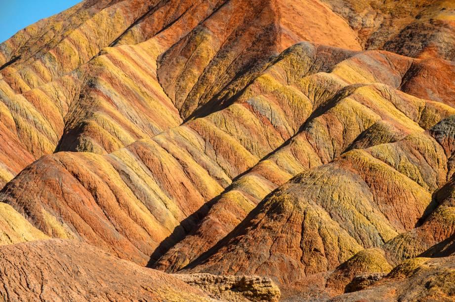 "<strong>Zhangye Danxia, China</strong> Essa imagem surreal é apenas um detalhes das formações rochosas danxia, em Zhangye, no centro-norte da China.<a href=""https://www.booking.com/searchresults.pt-br.html?aid=332455&lang=pt-br&sid=eedbe6de09e709d664615ac6f1b39a5d&sb=1&src=index&src_elem=sb&error_url=https%3A%2F%2Fwww.booking.com%2Findex.pt-br.html%3Faid%3D332455%3Bsid%3Deedbe6de09e709d664615ac6f1b39a5d%3Bsb_price_type%3Dtotal%26%3B&ss=China&ssne=Ilhabela&ssne_untouched=Ilhabela&checkin_monthday=&checkin_month=&checkin_year=&checkout_monthday=&checkout_month=&checkout_year=&no_rooms=1&group_adults=2&group_children=0&from_sf=1&ss_raw=China+&ac_position=0&ac_langcode=xb&dest_id=44&dest_type=country&search_pageview_id=a5a173e6a6c40073&search_selected=true&search_pageview_id=a5a173e6a6c40073&ac_suggestion_list_length=5&ac_suggestion_theme_list_length=0"" target=""_blank"" rel=""noopener""><em>Busque hospedagens na China no Booking.com</em></a>"