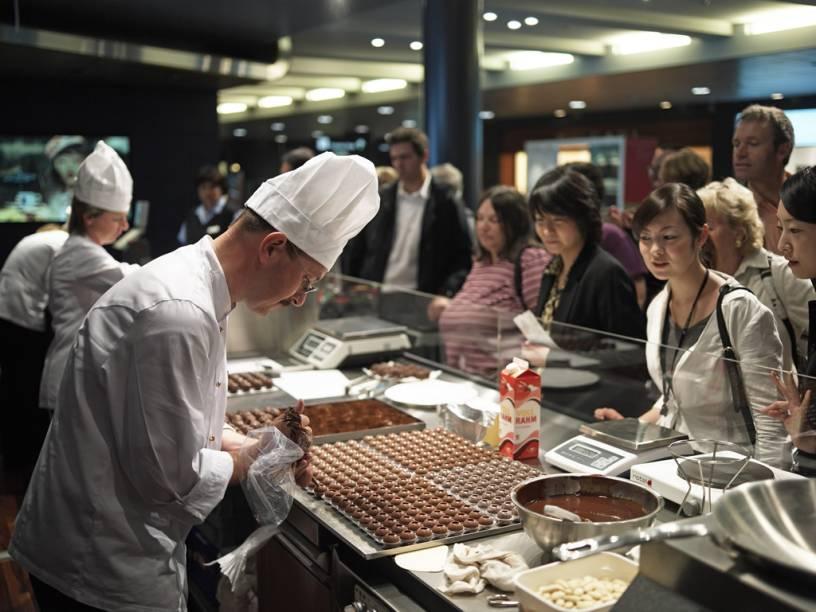 """No festival """"Soul of Chocolate"""", realizado no aeroporto de Zurique, o visitante pode observar o preparo e também degustar os diferentes tipos de chocolate"""