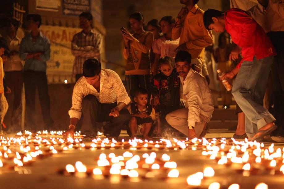 """<strong>Varanasi, Índia</strong><br />Quando o sol da manhã ilumina as águas turvas do rio Ganges, centenas de fiéis hindus iniciam seu banho ritual na mais sagrada das cidades – <a href=""""http://viajeaqui.abril.com.br/cidades/india-varanasi"""" rel=""""Varanasi"""" target=""""_blank"""">Varanasi</a>, a antiga Berares. Alguns preparam oferendas, sadhus parecem entrar em transe, iogues aquecem a respiração. Apesar das poluídas águas do rio, a atmosfera exala magia. Considerada uma das cidades mais antigas continuamente habitadas do planeta -- a outra seria Jericó --, Varanasi tem cerca de 3 mil anos e, segundo a crença hindu, foi fundada pelo deus Shiva.<br />"""