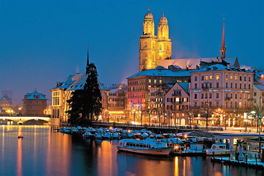 """<strong>9 PAÍSES, 21 NOITES </strong>O eurotour de 21 noites em hotéis três-estrelas explora o melhor de <a href=""""http://viajeaqui.abril.com.br/cidades/franca-paris"""" rel=""""Paris"""" target=""""_self"""">Paris</a>, <a href=""""http://viajeaqui.abril.com.br/cidades/belgica-bruxelas"""" rel=""""Bruxelas"""" target=""""_self"""">Bruxelas</a>, <a href=""""http://viajeaqui.abril.com.br/cidades/belgica-bruges"""" rel=""""Bruges"""" target=""""_self"""">Bruges</a>, <a href=""""http://viajeaqui.abril.com.br/cidades/holanda-amsterda"""" rel=""""Amsterdã"""" target=""""_self"""">Amsterdã</a>, <a href=""""http://viajeaqui.abril.com.br/cidades/holanda-haia"""" rel=""""Haia"""" target=""""_self"""">Haia</a>, Roterdã, <strong><a href=""""http://viajeaqui.abril.com.br/cidades/suica-zurique"""" rel=""""Zurique"""" target=""""_self"""">Zurique</a> (foto)</strong>, <a href=""""http://viajeaqui.abril.com.br/cidades/alemanha-frankfurt"""" rel=""""Frankfurt"""" target=""""_self"""">Frankfurt</a>, <a href=""""http://viajeaqui.abril.com.br/cidades/austria-innsbruck"""" rel=""""Innsbruck"""" target=""""_self"""">Innsbruck</a>, <a href=""""http://viajeaqui.abril.com.br/cidades/austria-salzburgo"""" rel=""""Salzburgo"""" target=""""_self"""">Salzburgo</a>, <a href=""""http://viajeaqui.abril.com.br/cidades/austria-viena"""" rel=""""Viena"""" target=""""_self"""">Viena</a>, <a href=""""http://viajeaqui.abril.com.br/cidades/republica-tcheca-praga"""" rel=""""Praga"""" target=""""_self"""">Praga</a>, <a href=""""http://viajeaqui.abril.com.br/cidades/hungria-budapeste"""" rel=""""Budapeste"""" target=""""_self"""">Budapeste</a>, <a href=""""http://viajeaqui.abril.com.br/cidades/italia-florenca-firenze"""" rel=""""Florença"""" target=""""_self"""">Florença</a>, <a href=""""http://viajeaqui.abril.com.br/cidades/italia-roma"""" rel=""""Roma"""" target=""""_self"""">Roma</a> e <a href=""""http://viajeaqui.abril.com.br/cidades/italia-veneza"""" rel=""""Veneza"""" target=""""_self"""">Veneza</a>. Entram na programação visita a Versalhes, <a href=""""http://viajeaqui.abril.com.br/cidades/italia-capri"""" rel=""""Capri"""" target=""""_self"""">Capri</a> e <a href=""""http://viajeaqui.abril.com.br/cidades/italia-napoles"""" rel=""""Nápoles"""" target=""""_self"""">Nápoles</a>, passeio de história d"""