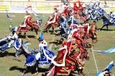 A luta coreográfica entre os 12 cavaleiros de azul (os cristãos) e 12 de vermelho (os mouros) é o auge da Cavalhada